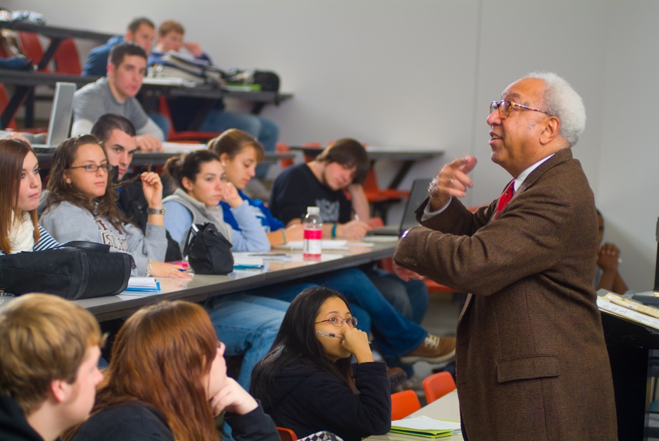 ALfred PRice delivers one of his icon lectures to an undergraduate class.